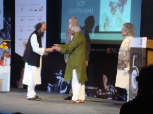 Joy Goswami recieving the award from Ashok Vajpeyi